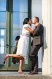 Bella sposa indiana e sposo caucasico dopo il ceremon di nozze Immagine Stock Libera da Diritti