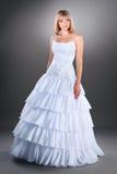 Bella sposa nell'abito di cerimonia nuziale Immagine Stock