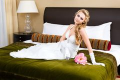Bella sposa nella camera da letto lussuosa Immagine Stock Libera da Diritti