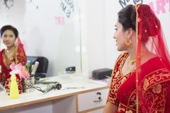 Bella sposa nepalese al salone di bellezza fotografia stock libera da diritti