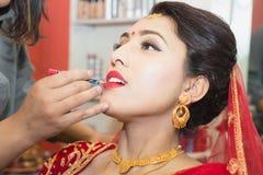 Bella sposa nepalese al salone di bellezza immagine stock