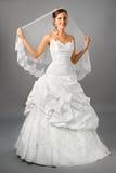 Bella sposa sotto il velare in vestito da cerimonia nuziale Immagini Stock