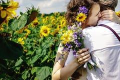 Bella sposa splendida e sposo bello alla moda, colpo rustico fotografie stock