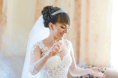Bella sposa stessa con il vestito bianco fertile dal pizzo sulle tasse della vostra sposa di giorno delle nozze Profumo degli spr fotografie stock