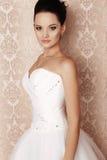 Bella sposa tenera in vestito da sposa elegante Immagini Stock