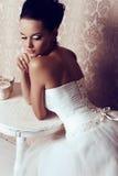 Bella sposa tenera in vestito da sposa elegante Fotografie Stock
