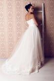 Bella sposa tenera in vestito da sposa elegante Fotografia Stock