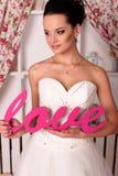 Bella sposa tenera in vestito da sposa elegante Immagine Stock