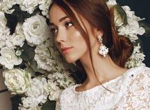 Bella sposa tenera in vestito da sposa elegante dal pizzo Fotografia Stock Libera da Diritti