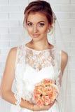Bella sposa tenera in vestito da sposa elegante dal pizzo Immagini Stock