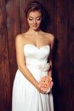Bella sposa tenera in vestito da sposa elegante dal pizzo Immagini Stock Libere da Diritti