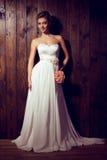 Bella sposa tenera in vestito da sposa elegante dal pizzo Fotografie Stock Libere da Diritti