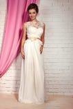Bella sposa tenera in vestito da sposa elegante dal pizzo Immagine Stock