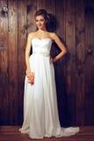 Bella sposa tenera in vestito da sposa elegante dal pizzo Immagine Stock Libera da Diritti