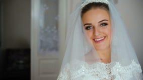 Bella sposa in tenuta del veste da camera di nozze e vestito da sposa bianchi abbracciare archivi video