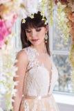 Bella sposa in un vestito da sposa in un interno di eleganza in uno studio fotografia stock