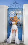 Bella sposa in un vestito da sposa in Grecia con un velo lungo Fotografia Stock Libera da Diritti