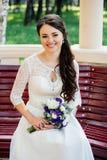 Bella sposa in vestito bianco con il mazzo in mani immagini stock libere da diritti