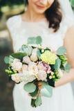 Bella sposa in vestito da sposa bianco all'aperto Fotografia Stock Libera da Diritti