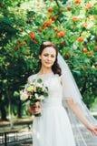 Bella sposa in vestito da sposa bianco all'aperto Fotografia Stock