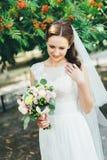 Bella sposa in vestito da sposa bianco all'aperto Immagini Stock