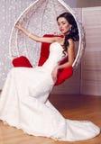 Bella sposa in vestito da sposa elegante che posa nello studio fotografia stock libera da diritti