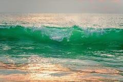 Bella spuma di alta marea al tramonto al sole Fotografia Stock Libera da Diritti