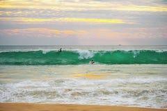 Bella spuma di alta marea al tramonto al sole Immagine Stock Libera da Diritti