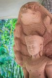 Bella statua di Buddha fatta della pietra e della copertura della sabbia con le teste del Naga La statua di pietra di Buddha con  Immagini Stock