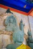 Bella statua di Buddha fatta della pietra e della copertura della sabbia con le teste del Naga La statua di pietra di Buddha con  Immagini Stock Libere da Diritti