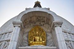 Bella statua dorata di Buddha in Shanti Stupa Temple a Delhi immagini stock libere da diritti