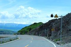 Bella strada che conduce verso la montagna della neve Fotografia Stock