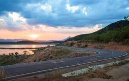 Bella strada con il lago nel tramonto Immagine Stock Libera da Diritti