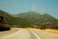 Bella strada in Creta, con molti fiori ed il Mountain View Fotografie Stock Libere da Diritti