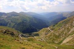Bella strada delle alte montagne Immagini Stock