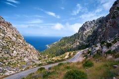Bella strada di bobina pittoresca della costa e del mar Mediterraneo di estate della Spagna con il tunnel Fotografia Stock