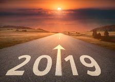 Bella strada principale vuota a 2019 imminente al tramonto