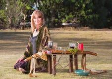 Bella strega con l'altare Fotografia Stock Libera da Diritti