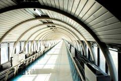 Bella struttura del passaggio pedonale della curva del tetto nel giorno soleggiato Immagini Stock Libere da Diritti