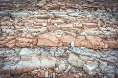 Bella struttura dell'argilla che consiste di molti strati grigi con marrone fotografia stock libera da diritti