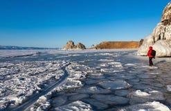 Bella struttura della superficie del ghiaccio davanti alla roccia dello sciamano, Baikal Immagini Stock Libere da Diritti