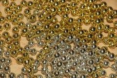 Bella struttura dorata e d'argento leggera delle perle sull'estratto di marmo del fondo immagini stock