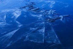 Bella struttura ghiacciata sconosciuta della superficie dello stagno Fotografie Stock
