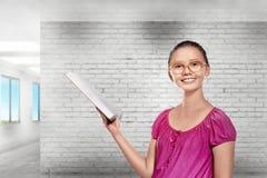 Bella studentessa asiatica che prepara con aperto il libro per immagine stock libera da diritti
