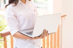 Bella studentessa di college indiana che per mezzo del computer portatile con il fuoco selettivo Fotografia Stock Libera da Diritti