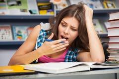 Bella studentessa in una libreria Fotografia Stock