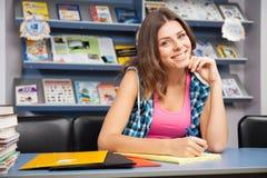 Bella studentessa in una libreria Immagini Stock