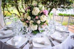 Bella Tabella di disposizione dei fiori di nozze che fissa la serie Fotografia Stock