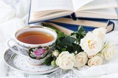 Bella tazza bianca di caffè nero e del fiore rosa su un fondo bianco Fotografie Stock