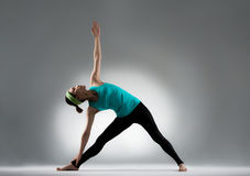Bella tenuta del giocatore di yoga un corpo di allungamento della caviglia Immagini Stock Libere da Diritti